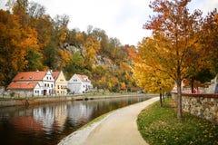 Alte traditionelle Gebäude auf beiden Banken von die Moldau-Fluss im Herbst Lizenzfreie Stockfotos