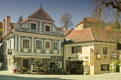 Alte traditionelle Häuser, Restaurant und nicht identifizierte Touristen in der alten Mitte von Cesky Krumlov Warmer Filterfarbto Stockbild