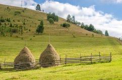 Alte traditionelle Heustapel, typische ländliche Szene in den Karpatenbergen Ukrainische Landschaft Lizenzfreies Stockbild
