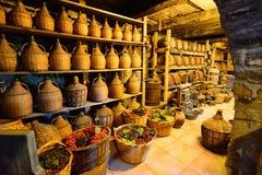 Alte traditionelle Lagerung innerhalb eines griechischen Klosters bei Meteora Stockbild
