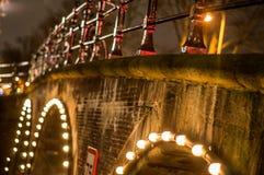 Alte traditionelle niederländische Brücke in der Stadtkanalnahaufnahme lizenzfreie stockfotografie