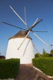 Alte traditionelle Windmühle auf dem Hügel nahe EL Granado in Andalusi Stockbild