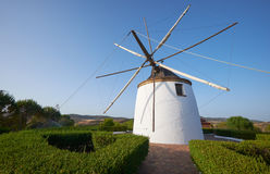 Alte traditionelle Windmühle auf dem Hügel nahe EL Granado in Andalusi Stockbilder