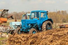 Alte Traktoren auf einem Bauernhof in Lettland Stockfotografie