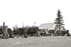 Alte Traktoren ausgerichtet (Schwarzweiss) Lizenzfreie Stockfotos