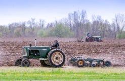 Alte Traktoren, die auf dem Gebiet arbeiten Lizenzfreie Stockfotos