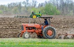 Alte Traktoren, die ein Feld im Demonstrationsereignis pflügen Lizenzfreies Stockfoto