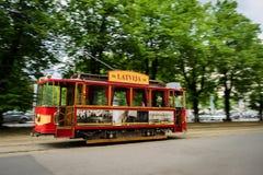 Alte Tram in der Straße von Riga, Lettland stockbild