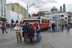 Alte Tram in Istanbul Griechische Kirche in Taksim an den Spitzenblicken Stockfoto