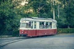 Alte Tram rollt auf Schienen Lizenzfreies Stockbild