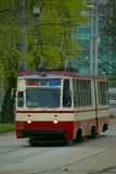 Alte Tram am Tramhalt lizenzfreie stockbilder