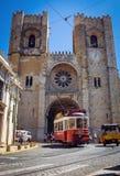 Alte Tram vor der Lissabon-Kathedrale, Portugal Lizenzfreie Stockfotografie