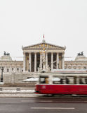 Alte Trams und österreichisches Parlament Stockbild