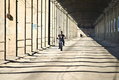 Alte Transportbrücke mit konkreten Spalten und Radfahrerfahrten Lizenzfreie Stockfotografie