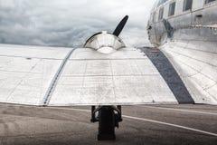 Alte Transportflugzeuge des Flügels und der Maschine Lizenzfreie Stockfotografie