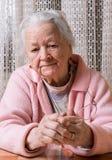 Alte traurige Frau zu Hause lizenzfreie stockbilder