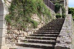 Alte Treppe in der mittelalterlichen Stadt von Frankreich lizenzfreie stockfotos