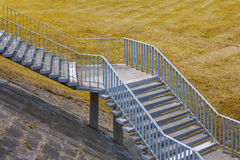 Alte Treppe und Feld mit gelbem Gras Stockbilder