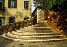 Alte Treppe in Venedig Stockfotografie