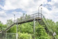 Alte Treppenhäuser über Eisenbahn Stockfoto