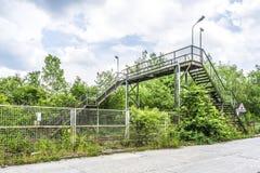 Alte Treppenhäuser über Eisenbahn Lizenzfreies Stockbild