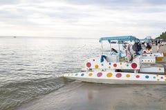 alte Tretboote auf dem Strand Lizenzfreies Stockbild