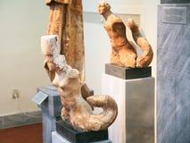 Alte Triton-Statuen im archäologischen Museum Stockfotografie