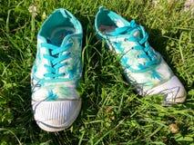 Alte Turnschuhe auf dem Gras Stockfoto