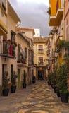 Alte typische andalusische Straße mit Blumen Stockfotos