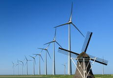 Alte u. neue Windenergie Lizenzfreies Stockfoto