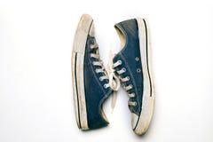 Alte u. schmutzige Schuhe lokalisiert auf weißem Hintergrund Lizenzfreies Stockbild