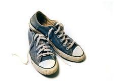 Alte u. schmutzige Schuhe lokalisiert auf weißem Hintergrund Stockbilder