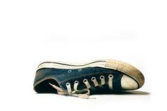 Alte u. schmutzige Schuhe lokalisiert auf weißem Hintergrund Stockfotografie