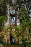 Alte Uhr als Teil des Brunnens stockfotografie