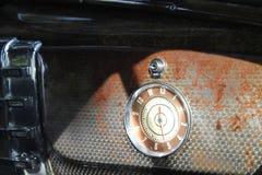 Alte Uhr auf amerikanischer AutoHandschuhschachtel Stockfotos