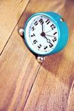 Alte Uhr auf dem hölzernen Hintergrund Lizenzfreies Stockbild
