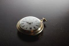 Alte Uhr auf dem Schreibtisch Lizenzfreie Stockfotos