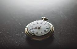 Alte Uhr auf dem Schreibtisch Lizenzfreies Stockbild