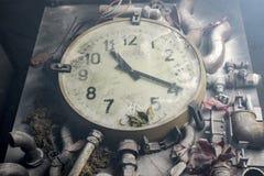 Alte Uhr auf dem Tisch Stockbilder