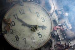 Alte Uhr auf dem Tisch Lizenzfreie Stockbilder