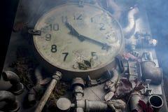Alte Uhr auf dem Tisch Stockfoto
