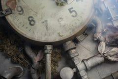 Alte Uhr auf dem Tisch Lizenzfreie Stockfotos