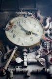 Alte Uhr auf dem Tisch Stockfotos