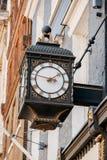 Alte Uhr auf den Alleen von London Stockbild