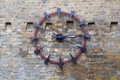 Alte Uhr auf der alten Wand Stockbild