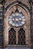 Alte Uhr auf der Fassade des Haupteingangs zum St. Vitu Stockbild