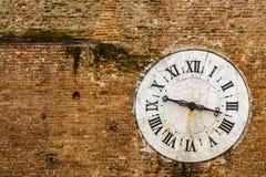 Alte Uhr auf der Steinwand - Siena, Toskana, Italien Stockbild