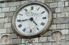 Alte Uhr auf der Wand des Rathauses Stockbilder