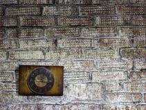 Alte Uhr auf der Wand, Innengegenstand Stockfotografie