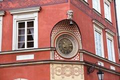 Alte Uhr auf der Wand am Marktplatz Stockbilder